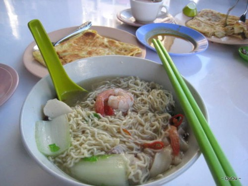 My Sunday breakfast: seafood noodle soup & roti canai. It's totally fine to have noodles and curry in the morning.